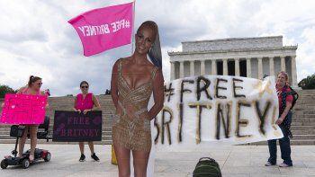 Una figura de cartón de Britney Spears durante una protesta en el Memorial de Lincoln del movimiento Free Britney el miércoles 14 de julio de 2021, en Washington.
