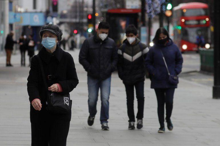 Peatones llevan máscaras al caminar por Oxford Street en Londres el sábado