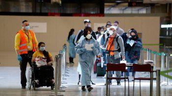 Controles en la terminal 4 del Aeropuerto de Madrid-Barajas Adolfo Suárez en el tercer día en el que entra en vigor la orden del Ministerio de Sanidad por la que todas las personas procedentes del extranjero deberán realizar una cuarentena los 14 días siguientes a su llegada.