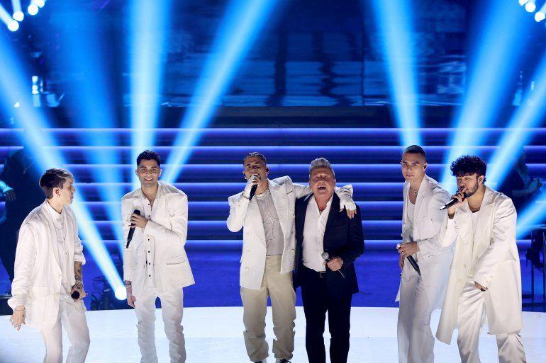 La agrupación CNCO interpretó algunos de los temas de su disco Deja vú y compartió en el escenario con el cantante venezolano Ricardo Montaner