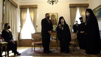 El patriarca ecuménico Bartolomé I, en el centro a la derecha, líder espiritual de los cristianos ortodoxos, se reúne con el secretario de Estado de Estados Unidos, Mike Pompeo, en el centro a la izquierda. La esposa de Pompeo, Suzan, aparece a la izquierda, en Estambul, el martes 17 de noviembre de 2020.