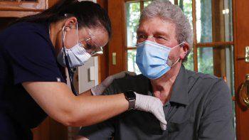 La enfermera Sadie Paez atiende a William Merry, convalesciente de neumonía en su casa, 9 de julio de 2020. A medida que los hospitales atienden a enfermos de COVID-19 y tratan de evitar el contagio, cada vez más enfermos optan por recibir tratamiento donde se sienten más seguros: en casa.