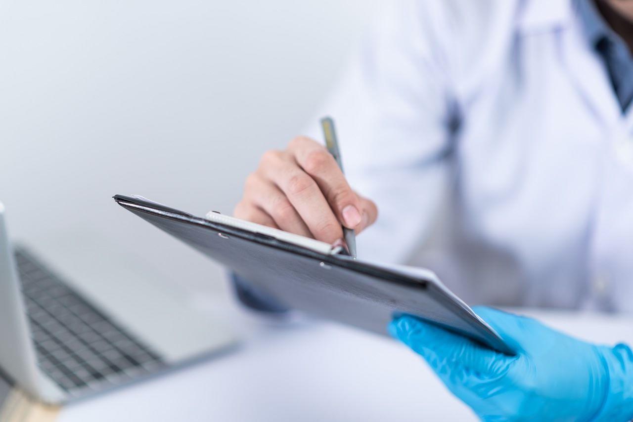 Médico ofrece consulta médica virtual.