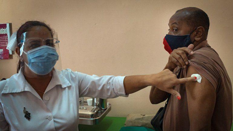 Una enfermera entrega la vacuna cubana Soberana 2 a un trabajador de la salud