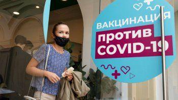 Una mujer sale de un centro de vacunación después de recibir una inyección de la vacuna rusa Sputnik V en una tienda adyacente a la Plaza Roja de Moscú, el jueves 1 de julio de 2021.