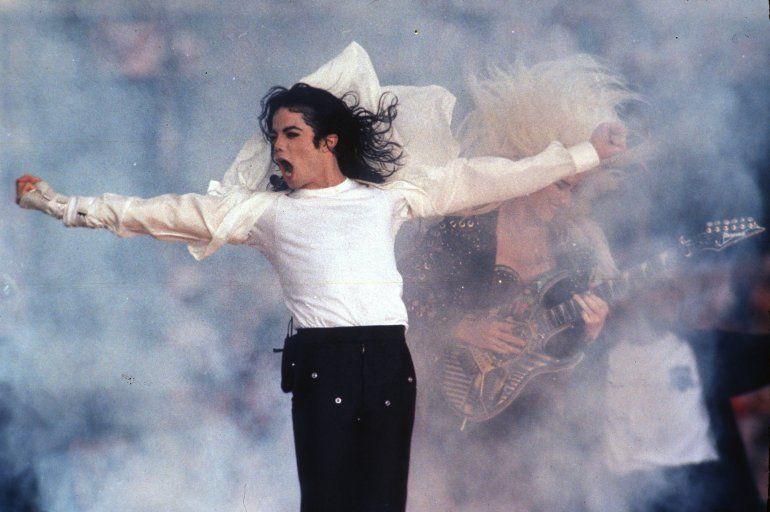En esta fotografía de archivo del primero de febrero de 1993 el superastro pop Michael Jackson durante su espectáculo de medio tiempo en el Super Bowl en Pasadena