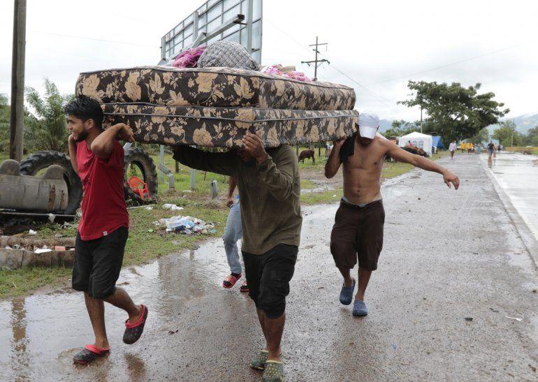 Vecinos se ayudan a transportar algunas pertenencias el lunes 16 de noviembre de 2020 para abandonar la zona donde se espera que toque tierra el huracán Iota