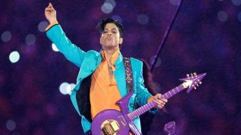 En esta fotografía de archivo del 4 de febrero de 2007 Prince durante su presentación en el espectáculo de medio tiempo del Super Bowl XLI en Miami. Fans acudieron a Paisley Park, la casa estudio de Prince, para honrarlo a cinco años de su muerte el 21de abril de 2016.