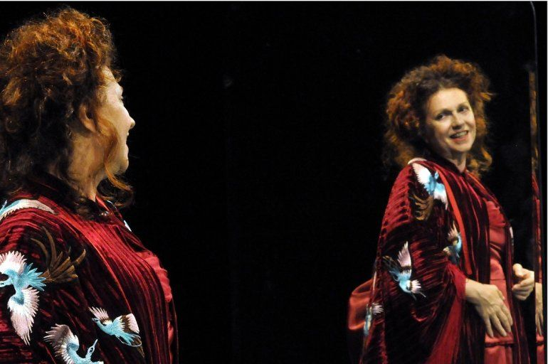 La actriz uruguaya Denise Daragnés caracteriza aClara García de Zúñiga en el montaje queCecilia Baranda ha realizado deLa incapaz