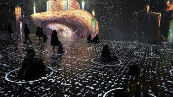 Obras selectas de Vincent Van Gogh se proyectan en los salones de la exposición Immersive Van Gogh en el muelle Pier 36 en Nueva York, el viernes 4 de junio de 2021.