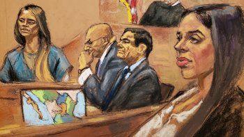 Reproducción fotográfica de un dibujo realizado por la artista Jane Rosenberg donde aparece la exdiputada mexicana y amante de Joaquín El Chapo Guzmán,LuceroGuadalupeSánchez (i), mientras rinde testimonio junto al narcotraficante mexicano Joaquín El Chapo Guzmán (2d), su abogado Eduardo Balarezo (2i), su esposa Emma Coronel (d), y el juez de la corte federal de Brooklyn Brian Cogan (arriba).