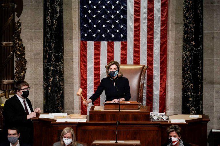 La presidenta de la Cámara de Representantes Nancy Pelosi señala el final de la votación de juicio político contra el presidente Donald Trump