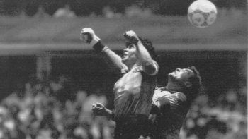 En esta foto del 22 de junio de 1986, Diego Maradona supera al arquero inglés Peter Shilton y anota el llamado el gol de la Mano de Dios en el estadio Azteca de la Ciudad de México durante los cuartos de final de la Copa Mundial.