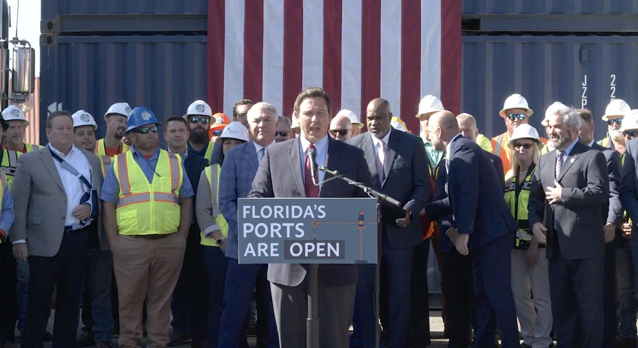 A través de una conferencia de prensa el martes 19 de octubre de 2021, el gobernador Ron DeSantis declaró que los puertos de Florida están abiertos al público