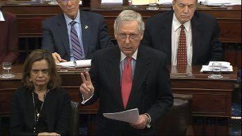 En esta imagen tomada de un video, el líder de la mayoría en el Senado Mitch McConnell habla durante el juicio político al presidente Donald Trump el martes 28 de enero de 2020, en Washington.