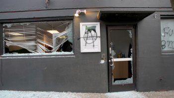 Esta fotografía del miércoles 20 de enero de 2020 muestra la sede del Partido Demócrata en Portland, Oregon, luego de que unos manifestantes destrozaron sus ventanas y pintaron símbolos anarquistas.
