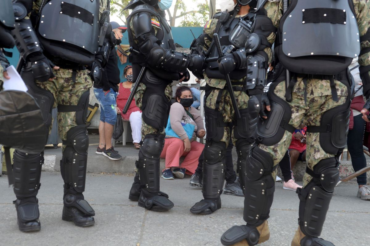 Familiares de reclusos esperan noticias afuera de la penitenciaría del Litoral en Guayaquil, Ecuador, el jueves 30 de septiembre de 2021.