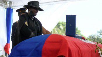 Martine Moise, viuda del presidente haitiano asesinado Jovenel Moïse, está de pie junto al féretro durante el funeral en la finca familiar en Cabo Haitiano, Haití.
