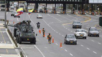 Soldados y tanques del ejército vigilan las casetas de peaje para evitar que los manifestantes las dañen en las afueras de Bogotá, Colombia, el martes 4 de mayo de 2021.