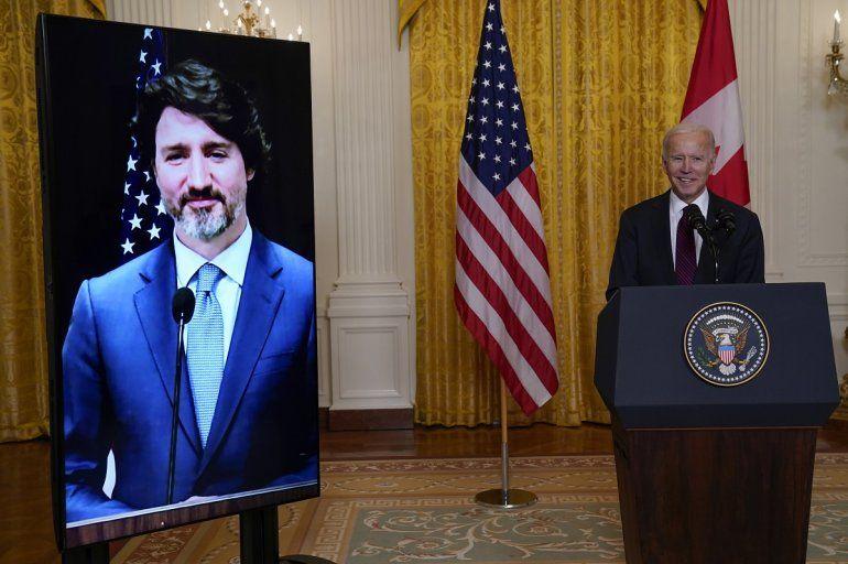 El presidente Joe Biden habla luego de sostener una reunión virtual con su homólogo canadiense Justin Trudeau