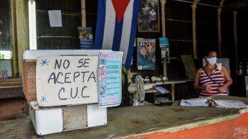 Vista de un cartel que advierte sobre el uso del CUC, la moneda que el régimen ha intentado igualar al dólar, en una tienda en La Habana, el 15 de septiembre de 2020.