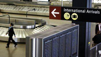 En imagen de archivo del 26 de junio de 2017, se muestra un un señalamiento de llegadas internacionales en el Aeropuerto Internacional Seattle-Tacoma, en Seattle.