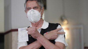 Esta imagen distribuida publicada por la Presidencia peruana muestra al presidente interino de Perú, Francisco Sagasti, mostrando su certificado de vacunación luego de haber sido inoculado contra el COVID-19 en un hospital militar de Lima el 9 de febrero de 2021.