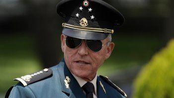 ARCHIVO - En esta fotografía de archivo del 14 de septiembre de 2016, el secretario de Defensa Salvador Cienfuegos Zepeda llega para pasar revista a las tropas que participarían en el desfile por el Día de la Independencia, en la Ciudad de México.