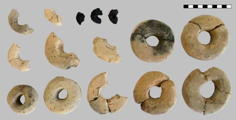 Se muestran 12 de los 14 anillos hechos de arcilla