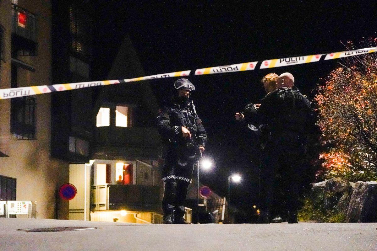 Los agentes de policía acordonan el lugar donde están investigando en Kongsberg, Noruega, después de que un hombre armado con un arco matara a varias personas antes de ser arrestado por la policía el 13 de octubre de 2021.