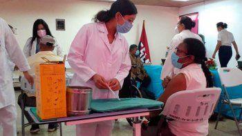 Una enfermera habla con una mujer que está a punto de ser inoculada con la vacuna AstraZeneca COVID-19 en el hospital Bertha Calderón en Managua, Nicaragua, el jueves 8 de abril de 2021. El FMI dijo el jueves 15 de abril que la persistencia de la crisis sanitaria desencadenada por la pandemia de coronavirus ensombrece las perspectivas económicas de América Latina en el corto plazo.
