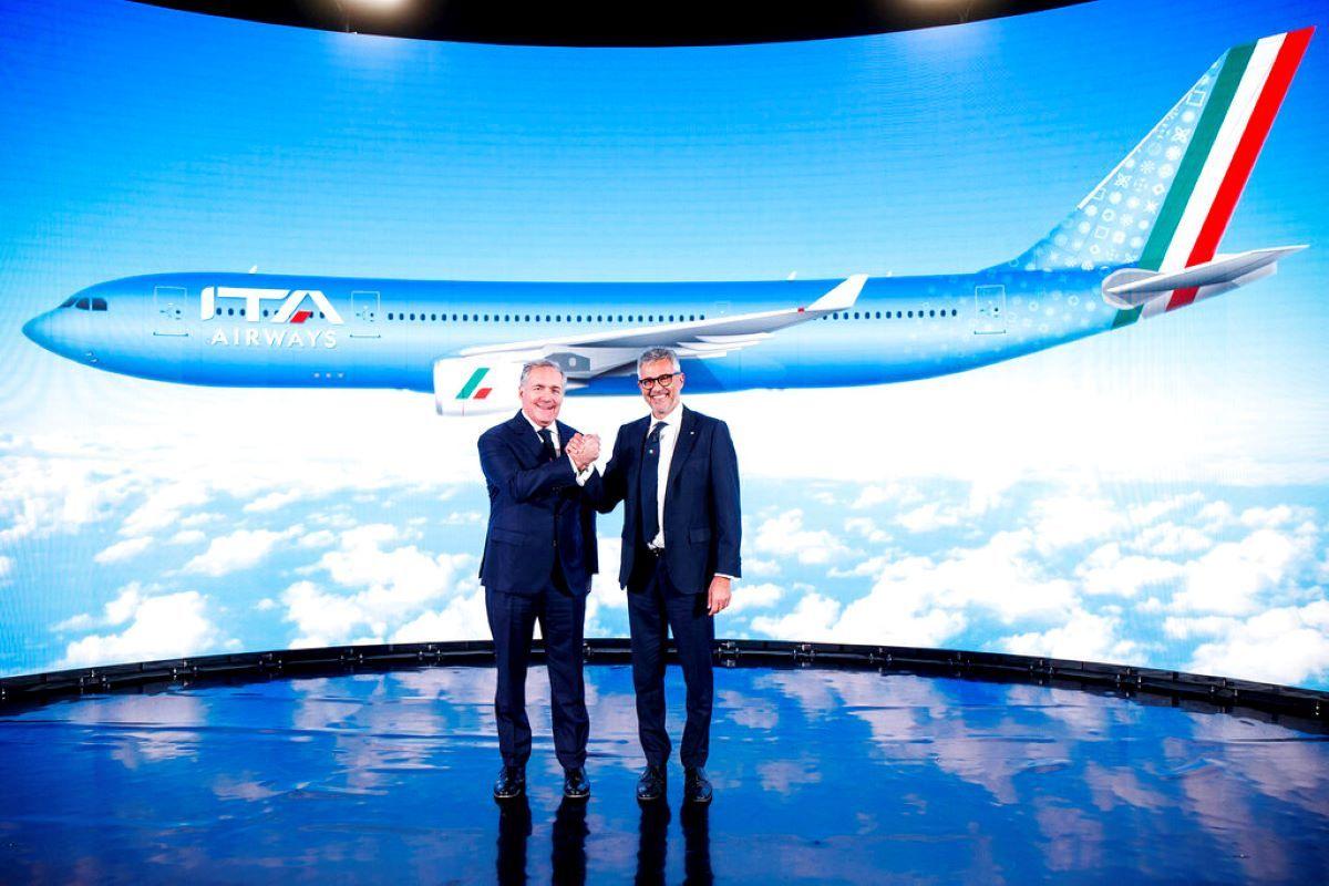 Fabio Lazzerini, derecha, director general de la nueva aerolínea italiana ITA, posa con el presidente Alfredo Altavilla durante la presentación en Roma.