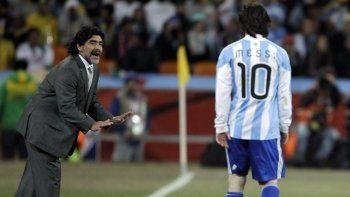En esta foto de archivo del 27 de junio de 2010, Diego Maradona, como técnico de Argentina, da instrucciones a Lionel Messi durante el partido de octavos de final de la Copa del Mundo entre Argentina y México en el Soccer City en Johannesburgo, Sudáfrica.