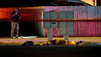 Un agente trabaja en el lugar donde un hombre sospechoso de disparar y matar a un partidario de un grupo de ultraderecha en Portland, Oregon, una semana antes, murió asesinado por investigadores cuando trataban de arrestarlo, el 3 de septiembre de 2020, en Lacey, Washington.