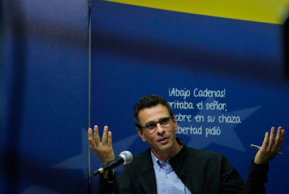 El opositor venezolano y ex candidato presidencial Henrique Capriles, habla con la prensa en Caracas, Venezuela, el miércoles 11 de agosto de 2021. Capriles confirmó la participación de su partido político Primero Justicia en las negociaciones que se llevarán a cabo en México.