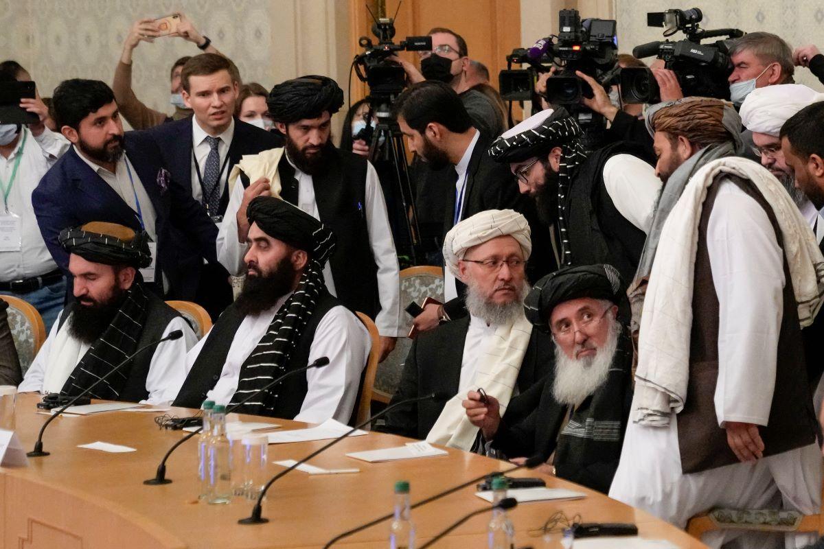 Miembros de la delegación de talibanes, incluido el viceprimer ministro Abdul Salam Hanafi (centro), asisten a una conferencia internacional sobre Afganistán en Moscú el 20 de octubre de 2021.