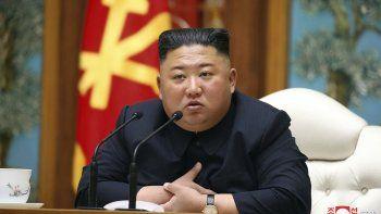 Fotografíadel 11 de abril de 2020, proveída por el gobierno de Corea del Norte,del líder norcoreano Kim Jong-un en una sesión del politburó del Partido de los Trabajadores de Corea, en Pyongyang.