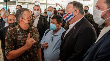 El secretario de Estado de Estados Unidos, Mike Pompeo, y el canciller brasileño, Ernesto Araújo, son recibidos el viernes 18 de septiembre de 2020 en la Base Aérea Boa Vista, en Roraima, Brasil.