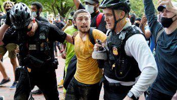 Policías uniformados del Servicio Secreto detienen a un manifestante en Lafayette Park, frente a la Casa Blanca, durante una protesta por la muerte de George Floyd a manos de la policia, el viernes, 29 de mayo del 2020.