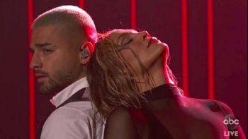 En esta captura de pantalla proporcionada por ABC el domingo 22 de noviembre de 2020, Maluma, izquierda, y Jennifer Lopez se presentan en los American Music Awards en el Microsoft Theatre de Los Ángeles.