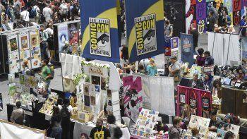 Asistentes a la Comic-Con caminan por el piso de centro de convenciones durante una noche de adelantos en la Comic-Con International el 17 de julio de 2019 en San Diego, California.