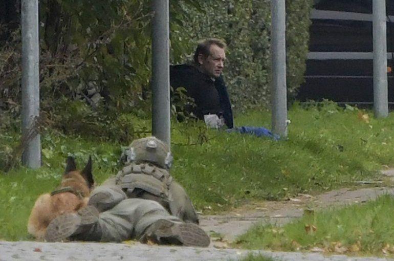 Un tirador de la policía y su perro observan al asesino convicto Peter Madsen amenazando a la policía con detonar una bomba mientras intentaba escapar de la cárcel en Albertslund