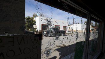 La ventana de un negocio ubicada cerca del ayuntamiento del pueblo de Villa Unión, México, aparece llena de hoyos de balas tras un tiroteo, el lunes 2 de diciembre del 2019.