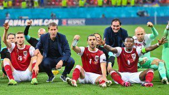 Los jugadores de Austria celebran tras ganar el partido de fútbol del Grupo C de la UEFA EURO 2020 entre Ucrania y Austria en el National Arena de Bucarest el 21 de junio de 2021