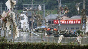 Miembros de las Fuerzas japonesas de Autodefensa trasladan en bote a varias personas para llevarlas a zonas más seguras en el pueblo de Kuma, en la prefectura de Kumamoto, en el suroeste de Japón, el domingo 5 de julio de 2020.