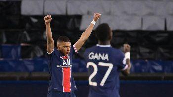 El delantero francés del PSG Kylian Mbappé y el centrocampista senegalés Idrissa Gueye celebran tras ganar los cuartos de final de la Liga de Campeones de la UEFA