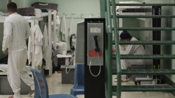 En esta imagen se muestra un teléfono público cerca de detenidos en un área de dormitorios durante un recorrido de prensa a un centro de detención del Servicio de Control de Inmigración y Aduanas (ICE) en Tacoma, Washington, 16 de diciembre de 2016.