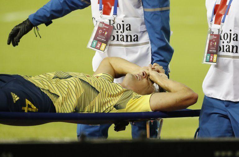 El colombiano Santiago Arias es retirado en camilla tras sufrir una lesión en el tobillo izquierdo en el juego del viernes 9 de octubre de 2020 ante Venezuela