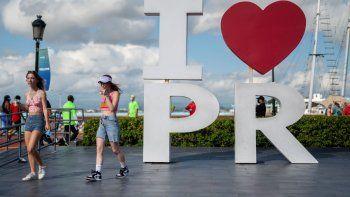 Turistas caminan por el puerto tras desembarcar en el crucero Carnival Mardi Gras, en San Juan, Puerto Rico, el 3 de agosto del 2021, el primero desde que comenzó la pandemia.