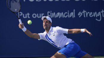 l serbio Novak Djokovic le pega a la bola en el partido ante Jan_Lennard Struff de Alemania en los cuartos de final del Western & Southern Open el Nueva York el miércoles 26 de agosto del 2020